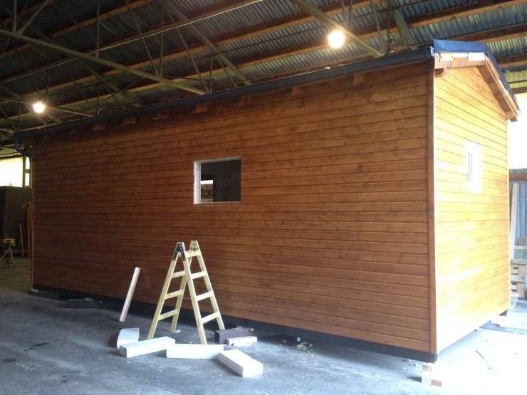 Práce na malé dřevostavbě v naší hale u Plzně.