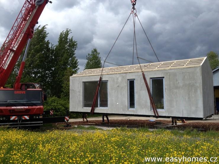Usazení malé dřevostavby na betonové patky