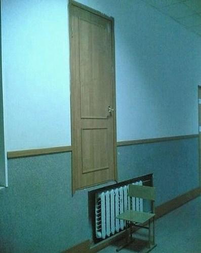 Chlapi, ne, že ty dveře uděláte přes topení. Udělejte je vedle.