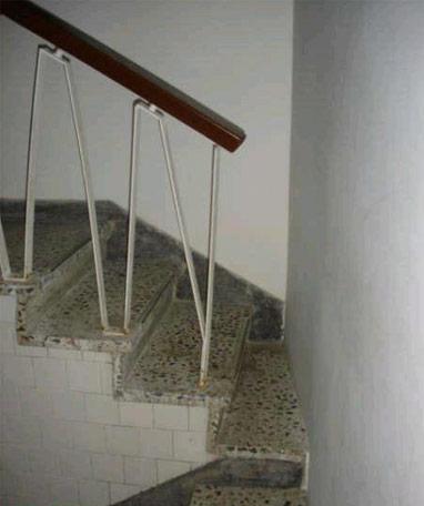 Zábradlí, abyste nespadli ze schodů.