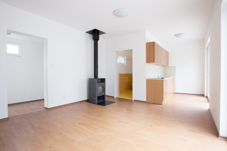 Malá dřevostavba Easy Homes v rozměru 12x4m již poskytuje příjemný prostor pro trávení Vašeho času.
